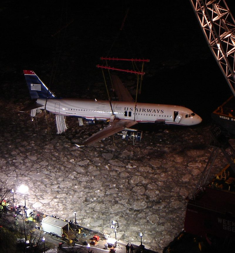 800px-usairways-1549_lifting_out_of_hudson