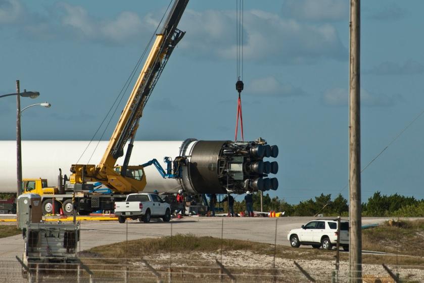 Falcon_9_-_Installing_rocket_motors