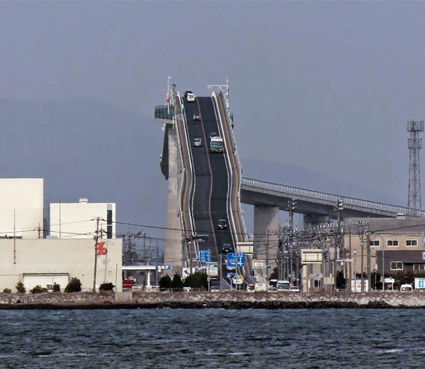Eshima-Ohashi-le-pont-qui-ressemble-a-des-montagnes-russes-2