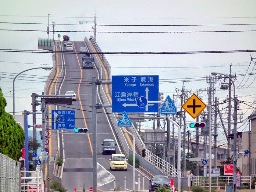 Eshima-Ohashi-le-pont-qui-ressemble-a-des-montagnes-russes-4