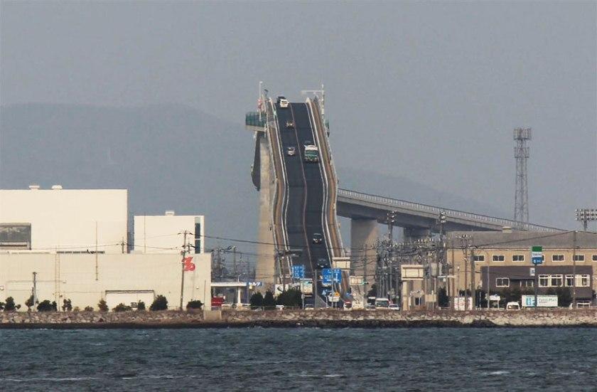 Eshima-Ohashi-le-pont-qui-ressemble-a-des-montagnes-russes-5