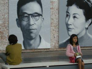 Chine-Petite-fille-et-deux-tableaux-300x225
